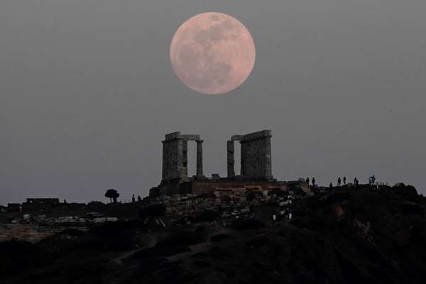 Lua é vista sobre o Templo de Poseidon, em Atenas, na Grécia. O fenômeno acontece neste final de semana, quando a Lua fica mais perto da Terra