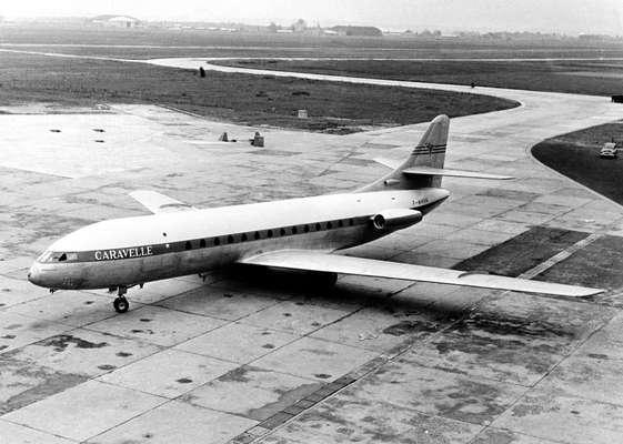 Em 23 de junho de 1955 foi lançado o primeiro avião de passageiros a jato com turbinas na fuselagem
