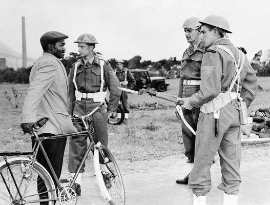 Fuzileiros navais sul-africanos fazem o controle da movimentação de negros em Nyanga, em 2 de abril de 1960