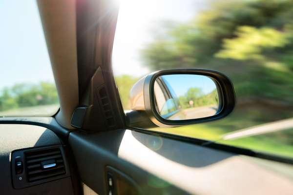 Guiar com os retrovisores desregulados representa risco de acidente