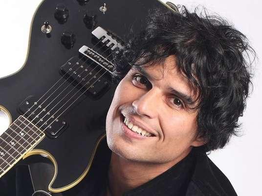 Es uno de los artistas más populares y reconocidos en el Perú y en América Latina. Desde su irrupción como vocalista y compositor de Arena Hash, pasando por la decena de hits que impuso con sus seis álbumes como solista, Pedro Suárez-Vértiz se ha convertido en un icono del pop-rock.