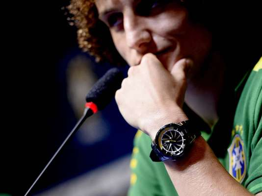Além de tatuagens, cortes de cabelos inusitados e dancinhas na hora de comemorar um gol, os jogadores da Seleção Brasileira também se destacam pela escolha dos acessórios; veja alguns deles. Na foto, David Luiz mostra que é fã de relógios de pulso