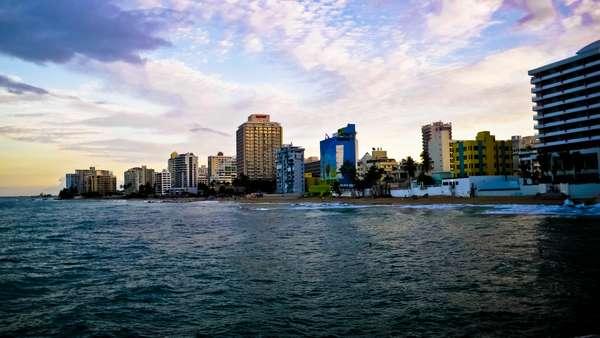 Condado é uma subdivisão do distrito de Santurce, e atrai visitantes com praias, restaurantes, bares e lojas de grife