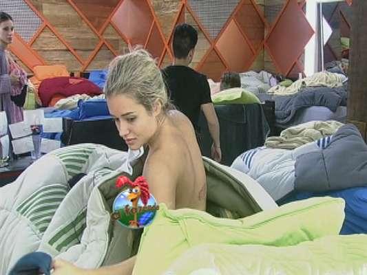 A ex-panicat Aryane Steinkopf deixou um dos seios à mostra enquanto se trocava na sede principal do reality show 'A Fazenda', da Record, na noite da última quarta-feira (26), após a primeira festa da atração