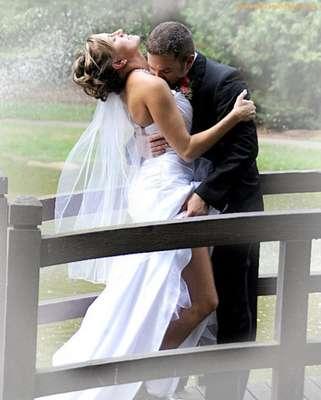 """Todo casamento tem alguém com um celular, câmera ou tablet registrando casamentos. O site """"Awkward Family Photos reúne fotos curiosas e algumas até constrangedoras sobre o grande momento do casal"""