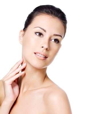 Por meio da associação de duas ponteiras térmicas tratamento devolve de forma rápida e indolor a elasticidade e firmeza cutânea na área do pescoço