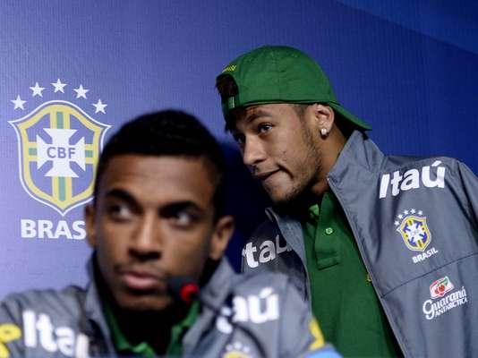 O atacante Neymar e o volante Luiz Gustavo concederam entrevista coletiva, nesta sexta-feira, no Rio de Janeiro, e comentaram sobre o tão esperado confronto entre Brasil e Espanha, pela Copa das Confederações