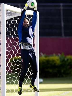 Na tarde deste sábado, a seleção da Itália treinou no Barradão, em Salvador; o goleiro Buffon se esticou no gol