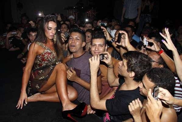 Nicole Bahls foi eleita diva dos gays, na noite de sexta-feira (28). Ela recebeu o carinho dos fãs e distribuiu selinhos