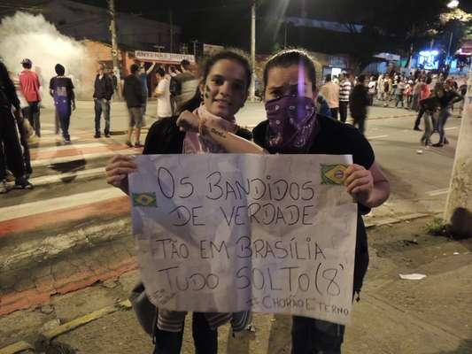 Cotia - na cidade da grande São Paulo, centenas de pessoas foram às ruas protestar