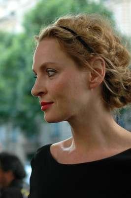 A atriz Uma Thurman foi convidada especial do desfile de alta costura do Atelier Versace, em Paris