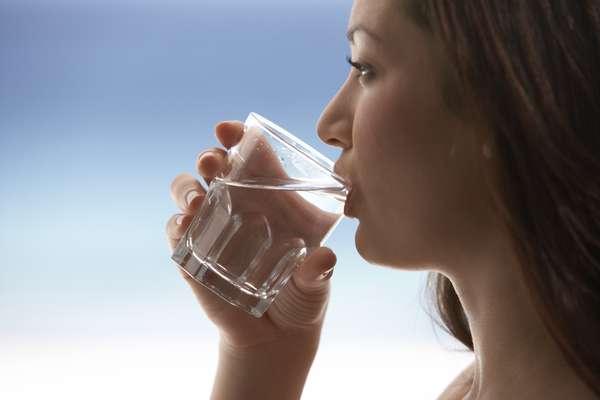 Cada uma das células do corpo humano precisa de água para funcionar normalmente, desde manter a temperatura do corpo, até amortecer e proteger as juntas e órgãos, além de ajudar na digestão. Por isso, o site inglês Huffington Post listou os 7 mitos mais comuns sobre a desidratação. Confira