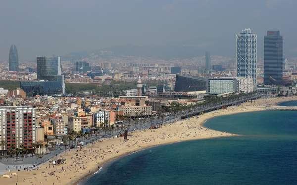 Barcelona, EspanhaCom sua vida cultural, sua bela arquitetura, seus ótimos restaurantes e sua vida noturna agitada, Barcelona tem tudo o que uma cidade fascinante precisa
