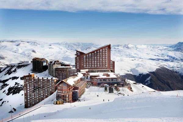 Valle NevadoA menos de uma hora de carro de Santiago, o resort de Valle Nevado, o maior da América do Sul, comemora neste ano seu 25º aniversário. Para comemorar a ocasião, o centro de esqui inaugura nesta temporada uma nova pista e abre seu Snowpark renovado para quem gosta de manobras radicais na hora de praticar esqui ou snowboard