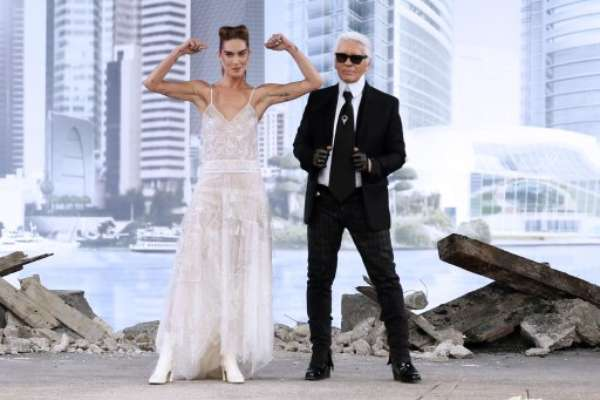 A Chanel, de Karl Lagerfeld, abriu o terceiro dia da semana de moda de alta-costura, em Paris, nesta terça-feira (02)