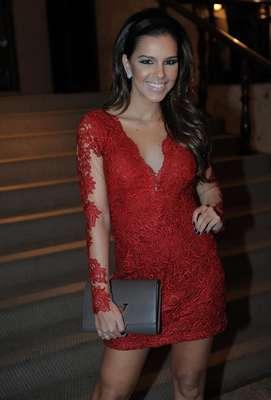 Mariana Rios foi clicada com vestido de renda vermelho e esmalte preto