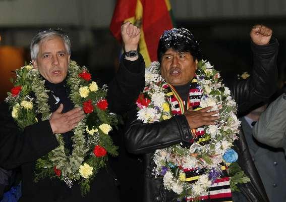 Evo canta o hino nacional boliviano ao lado do vice-presidente Álvaro García Linera