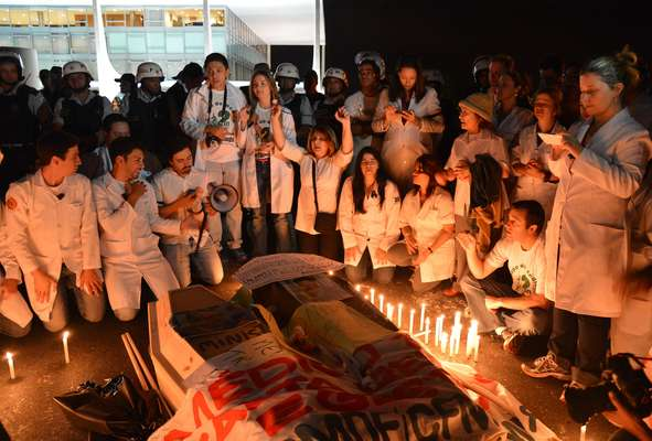 """Cerca de 200 médicos se concentraram nesta quarta-feira em frente ao Ministério da Saúde e ao Palácio do Planalto, em Brasília, para protestar contra a """"importação"""" de profissionais estrangeiros sem prova de revalidação do diploma"""