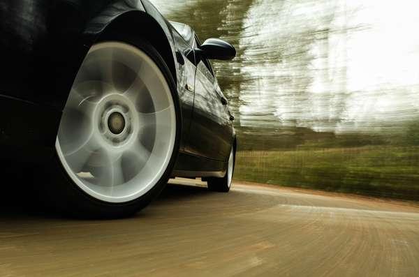 Pneus dianteiros gastam mais rápido do que os traseiros. Um dos motivos são as mudanças de posições nas curvas