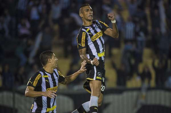 Em duelo de ida da Copa do Brasil, o Botafogo venceu o Figueirense por 1 a 0, nesta quarta-feira, em Volta Redonda; atacante Rafael Marques fez o único gol do duelo, ainda no primeiro tempo