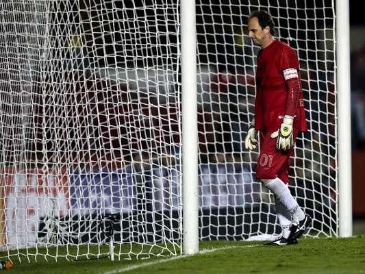 Rogério Ceni busca bola dentro do gol depois de Renato Augusto decretar a vitória do Corinthians sobre o São Paulo na primeira partida da Recopa Sul-Americana