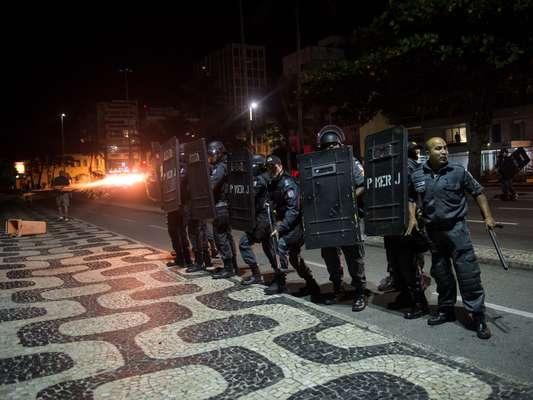 4 de julho - As luzes da esquina da avenida Delfim Moreira com a rua Aristides Espíndola, onde fica a residência de Cabral, foram apagadas, e a orla do Leblon, escura, virou praça de guerra. Cerca de 250 pessoas ainda estavam no local quando a polícia agiu. Na correria, manifestantes foram detidos pelo Batalhão de Choque na areia do Leblon, na altura do posto 10, por volta das 22h40. Três desse grupo foram trazidos para a 14º DP (Leblon). Outros três foram detidos ainda no calor da dispersão, totalizando seis detidos