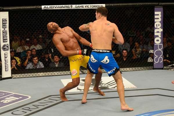 """Em sua 11º luta pelo cinturão dos pesos médios, Anderson Silva brincou, não lutou e se preocupou apenas em provocar Chris Weidman. O americano aproveitou e acertou um soco certeiro de esquerda no 2º round, que nocauteou o ex-campeão e considerado o """"melhor lutador da história do MMA"""""""