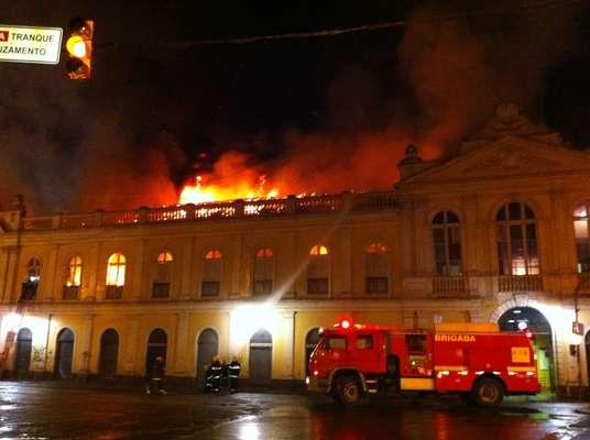 Incêndio atinge o Mercado Público de Porto Alegre. As chamas começaram pouco antes das 21h