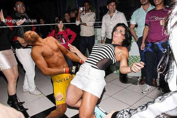 A pose do nocaute sofrido por Anderson Silva inspirou recordou internautas da 'Dança da Cordinha', do grupo de axé 'É o Tchan'