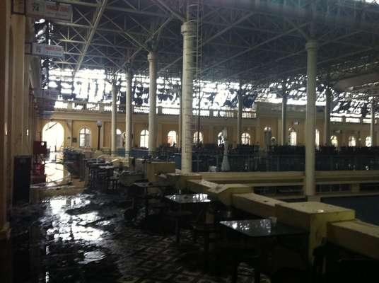 Imagem mostra o segundo andar do Mercado Público de Porto Alegre (RS) neste domingo, um dia após um incêndio de grandes proporções atingir o prédio histórico