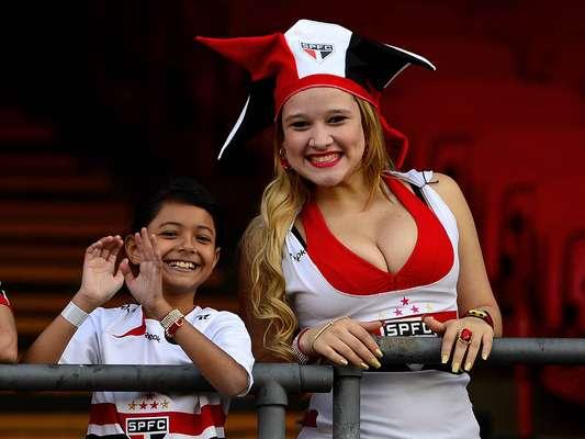 """O São Paulo estava de """"ressaca"""" após derrota para o Corinthians e saída do técnico Ney Franco. Um novo clássico contra o Santos era a chance para o time se recuperar, mas cerca de 11 mil pessoas viram a derrota são-paulina por 2 a 0, o que rendeu protestos de todos tipos no Morumbi. Veja fotos da torcida a seguir"""