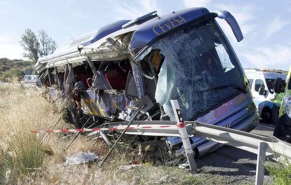 Nueve personas han fallecido hoy al volcar un autobús de línea en la N-403, en Tornadizos, a unos seis kilómetros de la capital abulense.En el autocar viajaban unos 25 pasajeros, además del conductor, que ha resultado ileso, y además de los fallecidos hay varios heridos de diferente consideración, algunos muy graves.En la foto, estado en el que quedó el autobús siniestrado