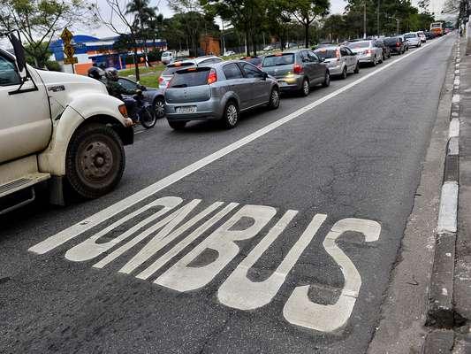 No primeiro dia em que as faixas exclusivas de ônibus da Marginal Pinheiros, em São Paulo, passaram a funcionar com trânsito normal, nesta quarta-feira, o sistema operou sem transtornos, mas gerou polêmica entre os motoristas de carros, que não gostaram nada da novidade