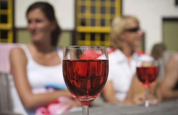 La próxima vez que abra una botella de vino tinto considere usted brindar por la salud de sus dientes.