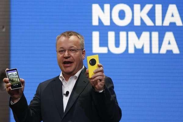 CEO da Nokia, Stephen Elop, mostra o novo Lumia 1020 em evento em Nova York, com câmera de 41 megapixels