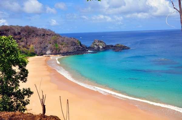 As águas turquesa frente às areias brancas fazem da Praia do Sancho uma das mais bonitas do Brasil