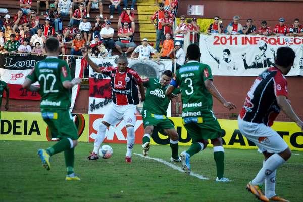 Joinville e Chapecoense empataram por 2 a 2 no clássico catarinense, resultado que deixa a equipe de Chapecó com dois pontos de vantagem na liderança da Série B