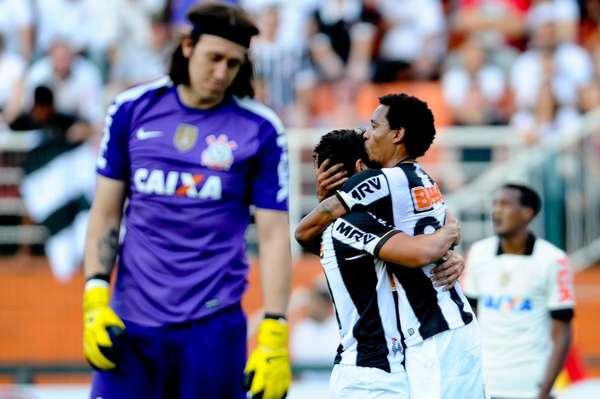 Jogadores do Atlético-MG comemoram gol de Rosinei contra o Corinthians no Pacaembu