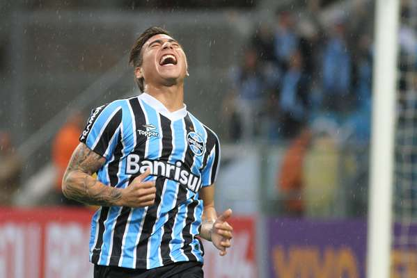 Com dois gols do chileno Eduardo Vargas ainda primeira etapa, o Grêmio venceu o Botafogo por 2 a 1, neste domingo, pela sétima rodada do Campeonato Brasileiro. no Olímpico, e encostou no G-4 da competição nacional
