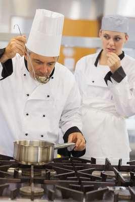 1. Todos os pratos contém saliva do chef, que experimenta os pratos com uma colher
