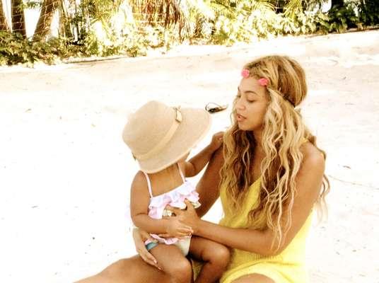 De férias, Beyoncé postou fotos de suas férias ao lado da filha Blue Ivy, de 1 ano e 7 meses, fruto do casamento com o rapper Jay-Z
