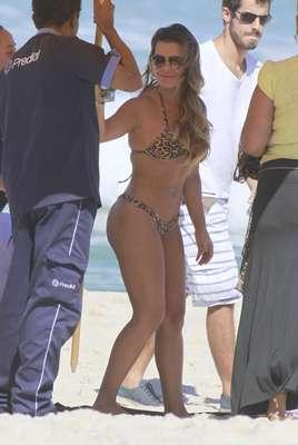Fernanda Souza gravou cenas de Malhação durante a tarde desta segunda-feira (15) na praia da Barra da Tijuca, no Rio de Janeiro