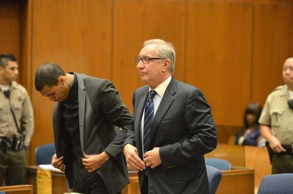 O rapper Chris Brown ao lado de seu advogado, Mark Geragow, durante audiência que revogou temporariamente sua liberdade condicional, nesta segunda-feira (15), em tribunal do Condado de Los Angeles, na Califórnia; se confirmada a pena, rapper pode ser condenado a quatro anos de prisão, em agosto