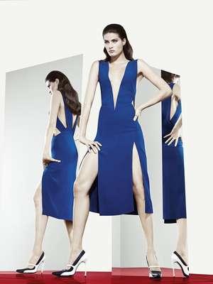 Isabeli Fontana fez ensaio com vestido azul com duas fendas que deixaram as pernas à mostra e um decote profundo para a grife Tufi Duek