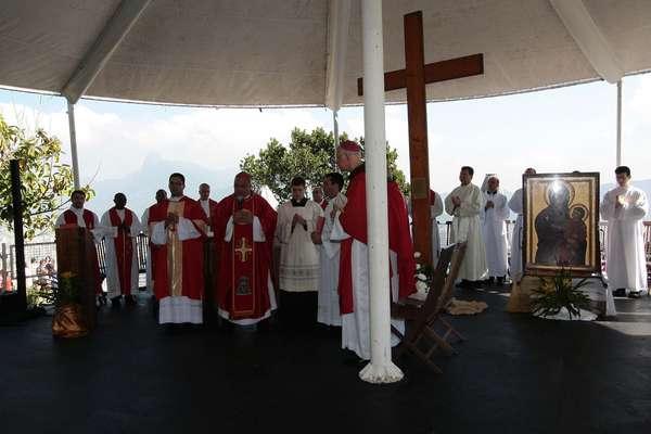 O arcebispo do Rio de Janeiro, dom Orani Tempesta, celebra missa na manhã desta quarta-feira no Pão de Açúcar, no Rio de Janeiro, durante passagem da cruz da Jornada Mundial da Juventude (JMJ)