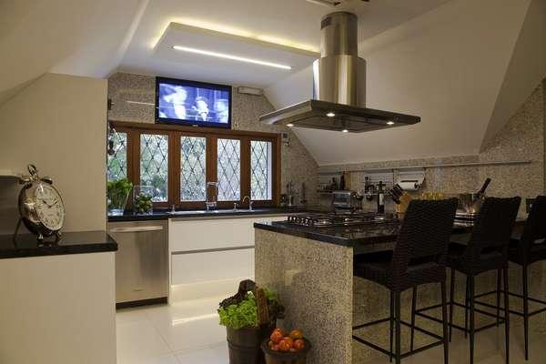 A bancada conta com cooktop, no projeto da designer de interiores Daniela Colnaghi. Informações: (11) 5073-9501