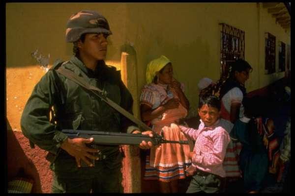 Para tratar de salvar a los ciudadanos de la narcoviolencia desatada en ciudades mexicanas, autoridades han desalojado de sus viviendas a más de mil habitantes. En Guerrero fueron obligados a desplazarse durante la jornada del miércoles, por ataques armados protagonizados por grupos del crimen organizado.