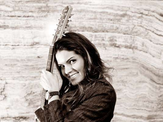 Nova aposta da música sertaneja, Suellen Santos recebeu, na segunda-feira (15), o Terra para entrevista em sua casa, localizada em bairro nobre da zona oeste da Grande São Paulo, para promover seu primeiro DVD, batizado de 'Suellen Santos Ao Vivo'