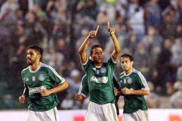 O Palmeiras teve dificuldade, mas venceu de virada o Figueirense por 3 a 2 neste sábado, em Florianópolis, e assumiu a liderança da Série B do Campeonato Brasileiro nesta nona rodada