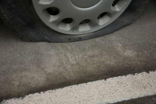 Rodar com o pneu vazio traz danos à roda